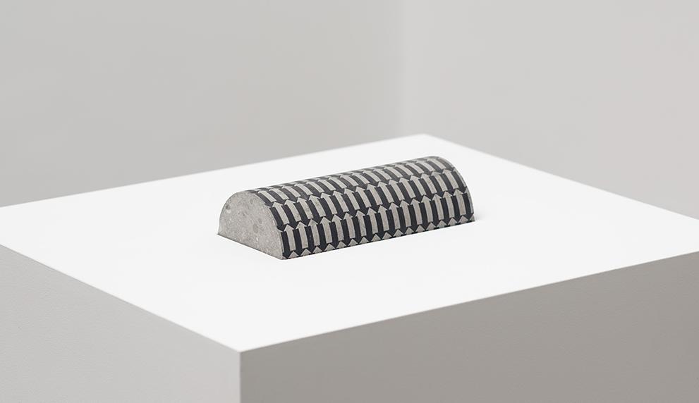Duración interna, cement, wood, marker, 77,5 x 52 x 45 cm, 2016